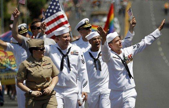 Les soldats en uniforme autorises à défiler