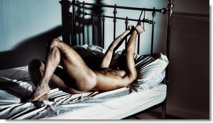 к парень онлайн привязан кровати смотреть